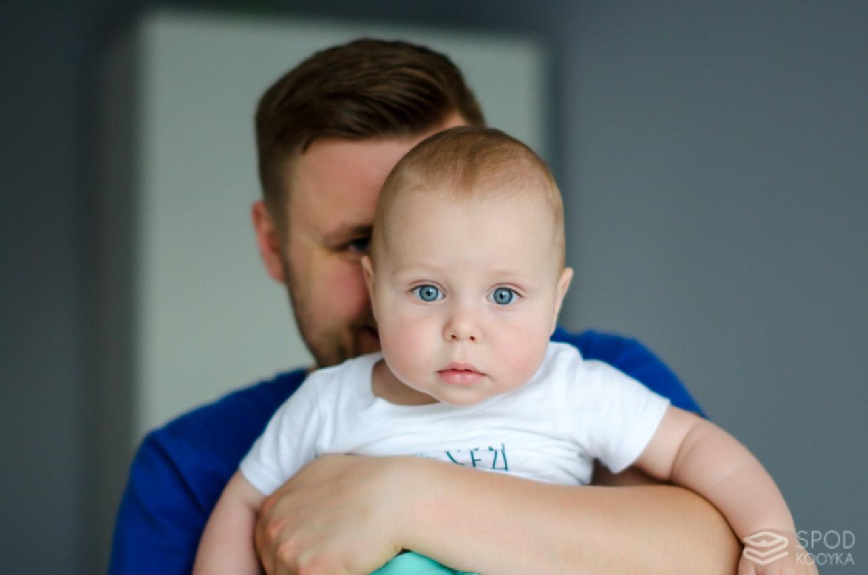 śliczny chłopiec niebieskie oczy