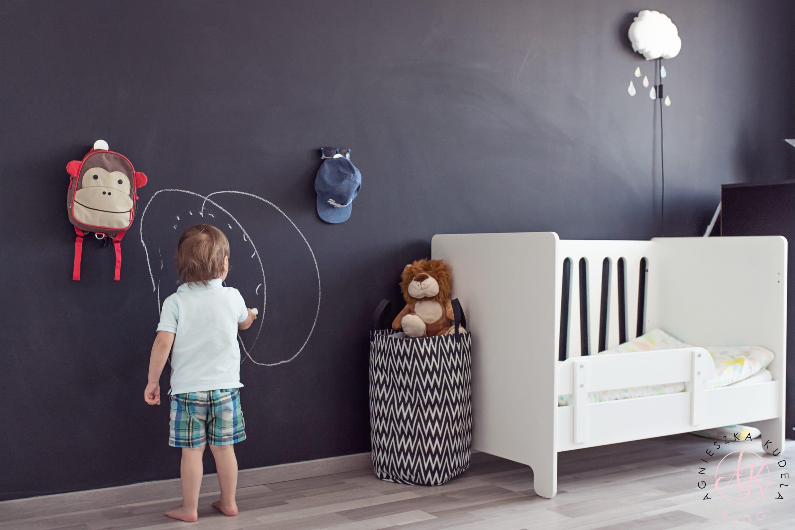pokój dla dziecka czarna ściana tablicowa farba