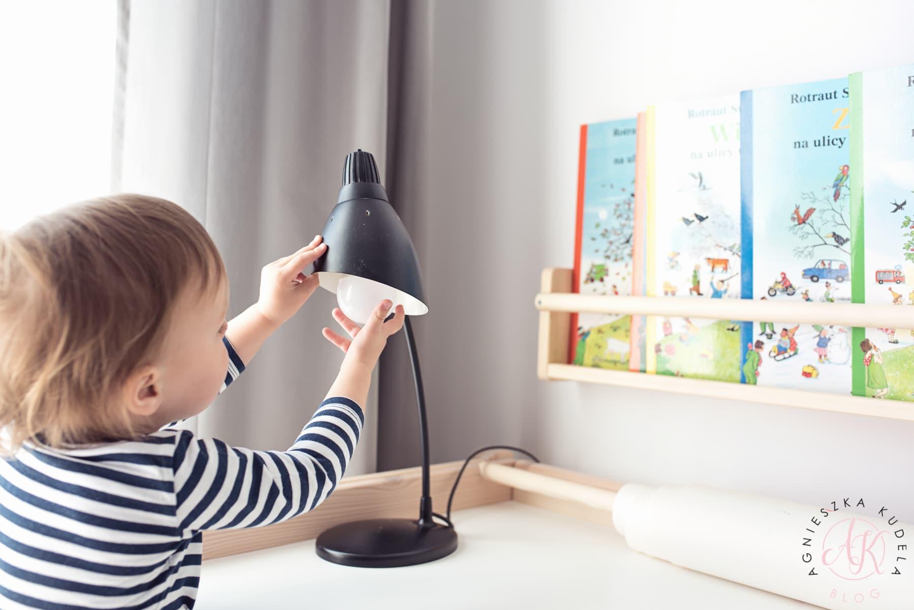 oświetlenie biurka w pokoju dla dziecka