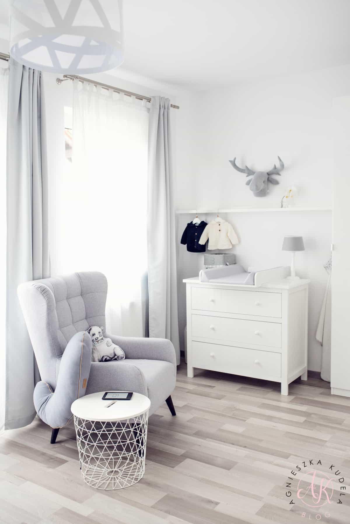 biały szary pokój dziecięcy komoda przewijak fotel do karmienia