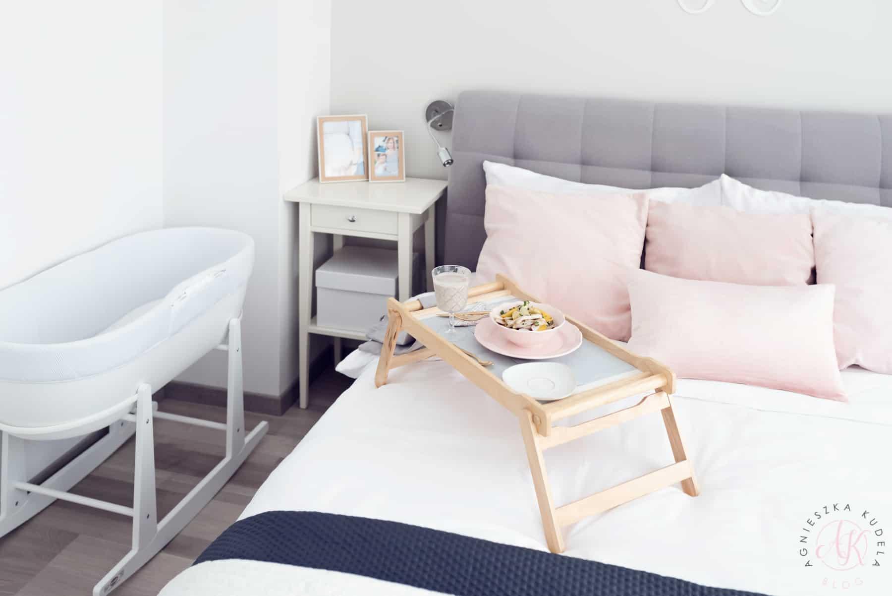 Łóżko sypialniane, stolik nocny, różowe poduszki