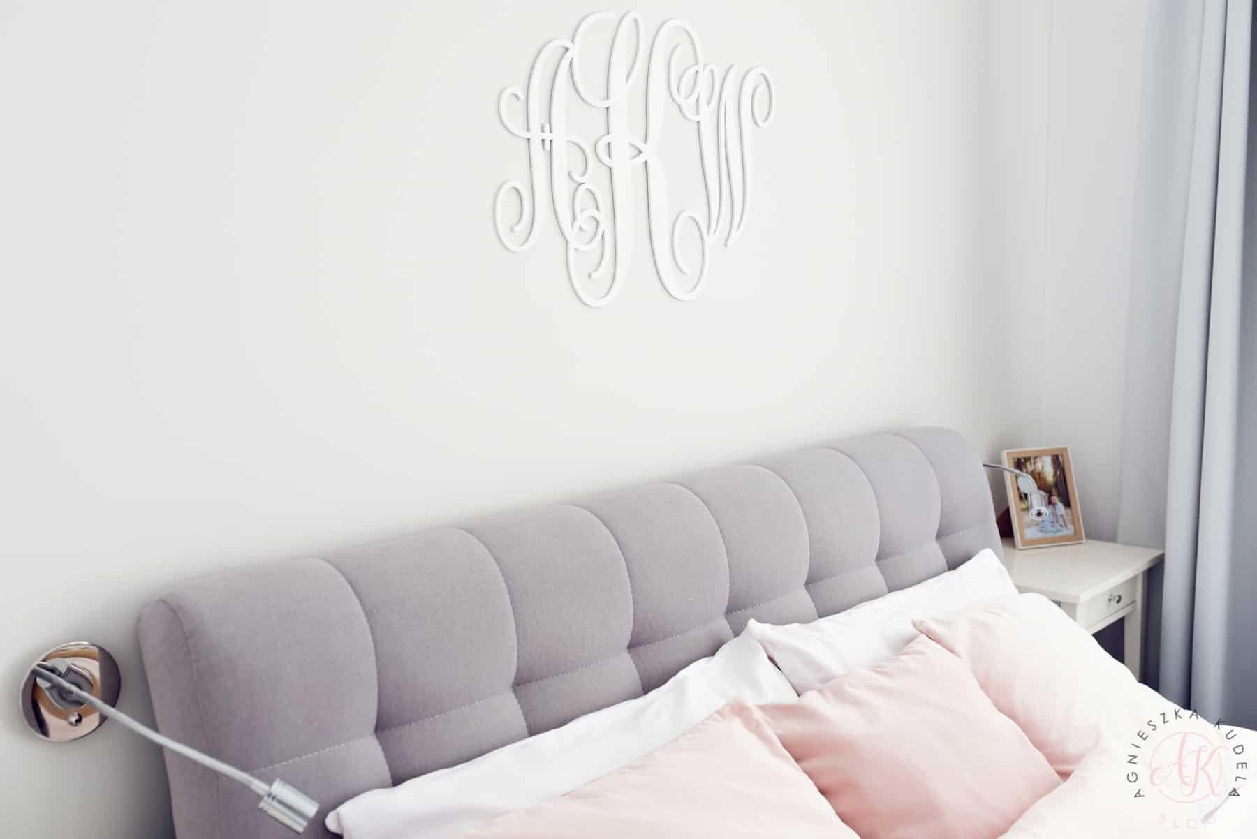 Monogram, inicjały do sypialni, szary zagłówek