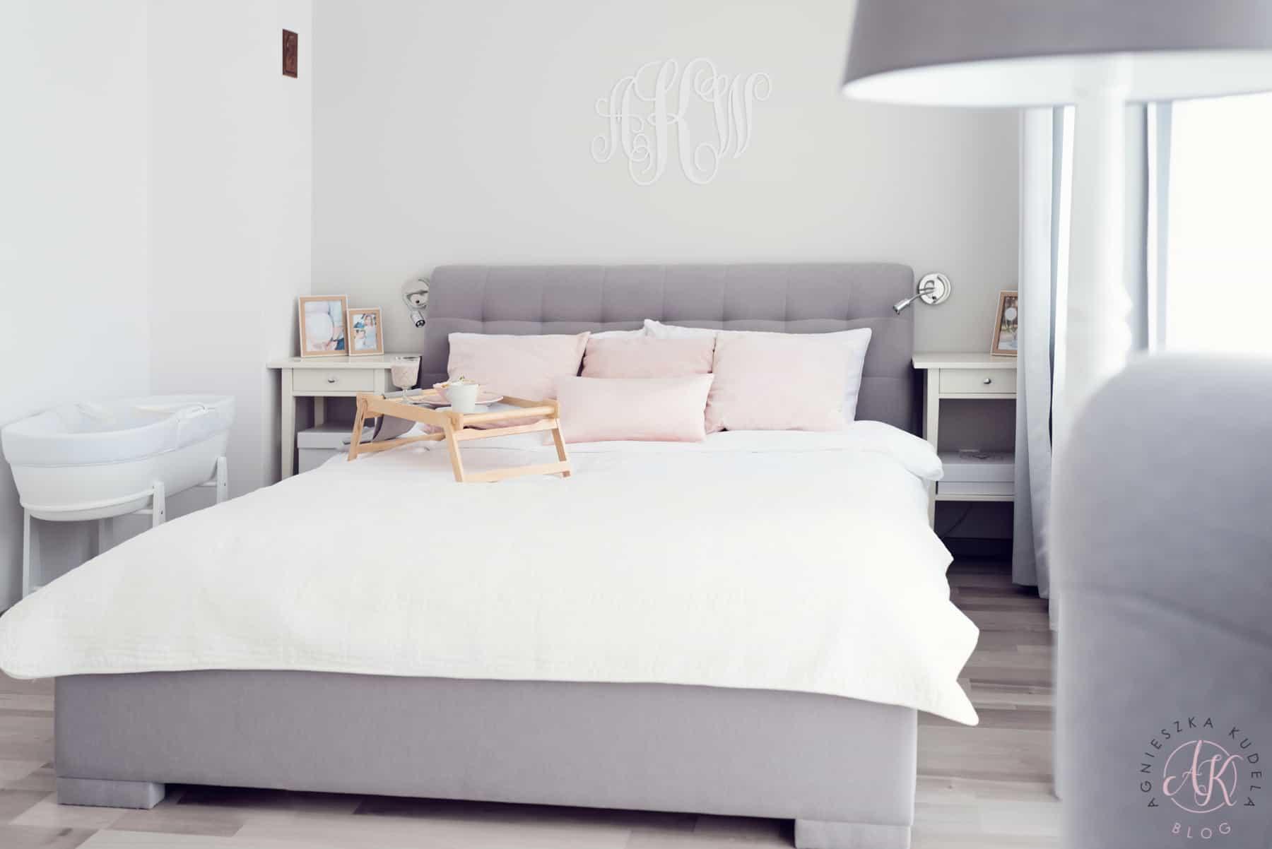 Szara sypialnia, szare łóżko, biała pościel