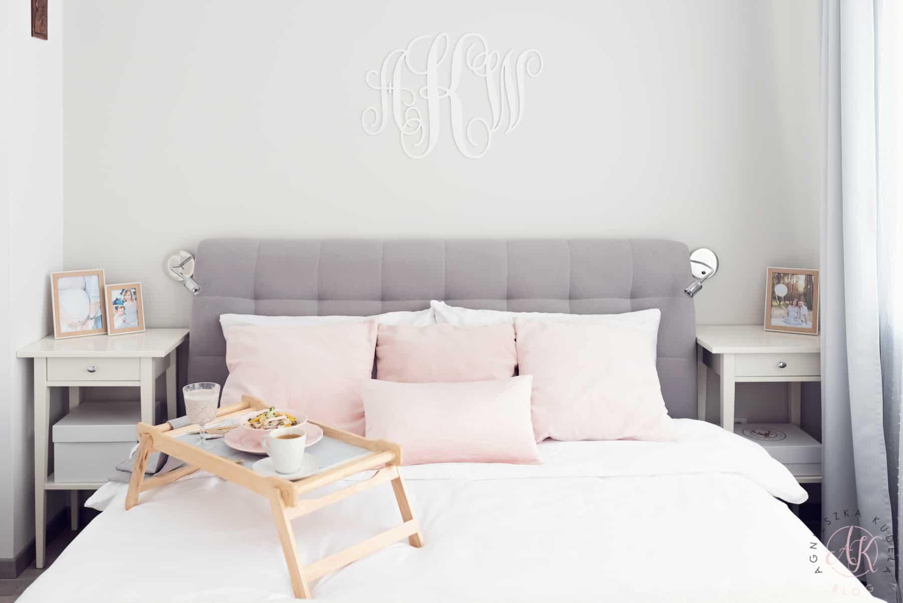 szara sypialnia, biała pościel, poduszki dekoracyjne, monogram, taca ze śniadaniem