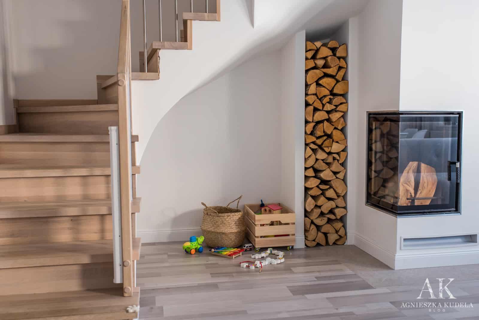 jak przechowywać drewno w salonie