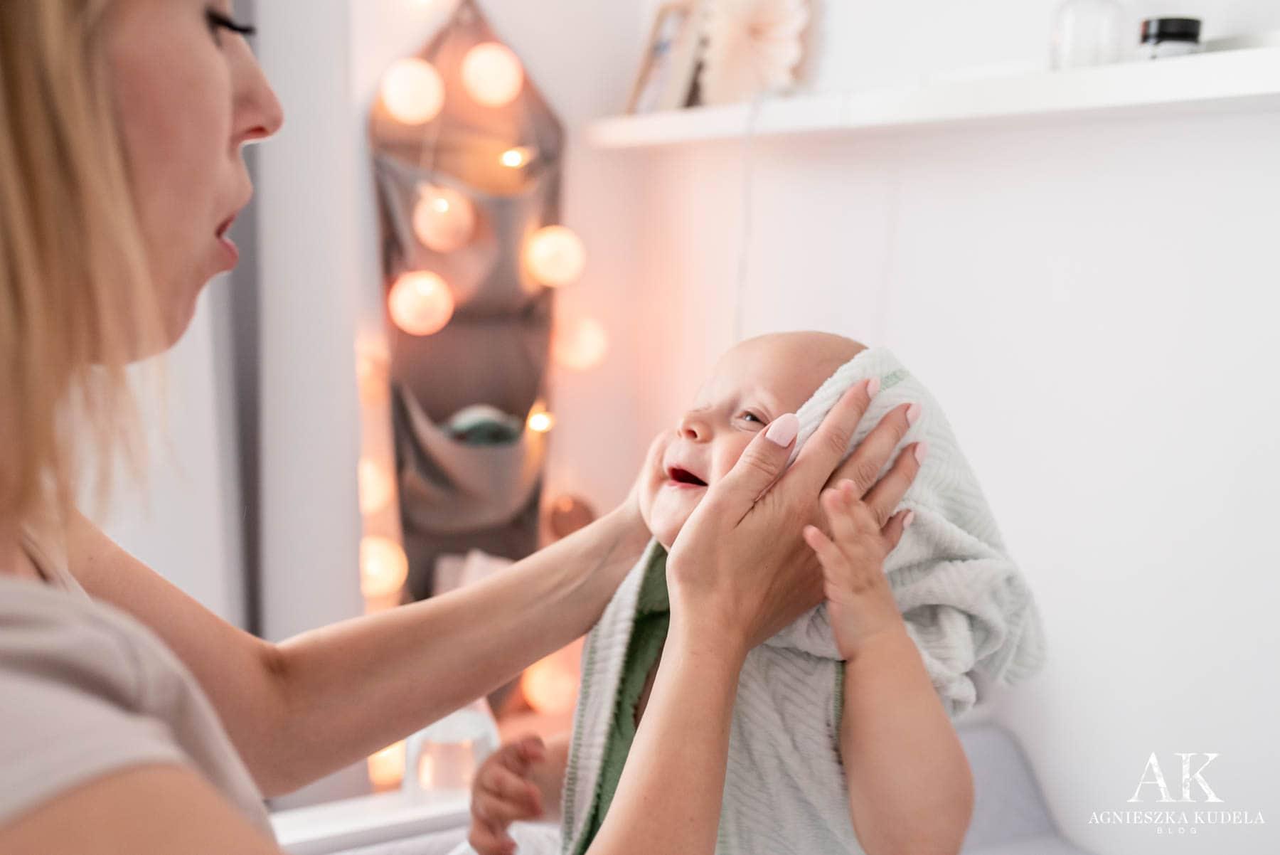 kąpiel niemowlaka wanienka ręczniczek