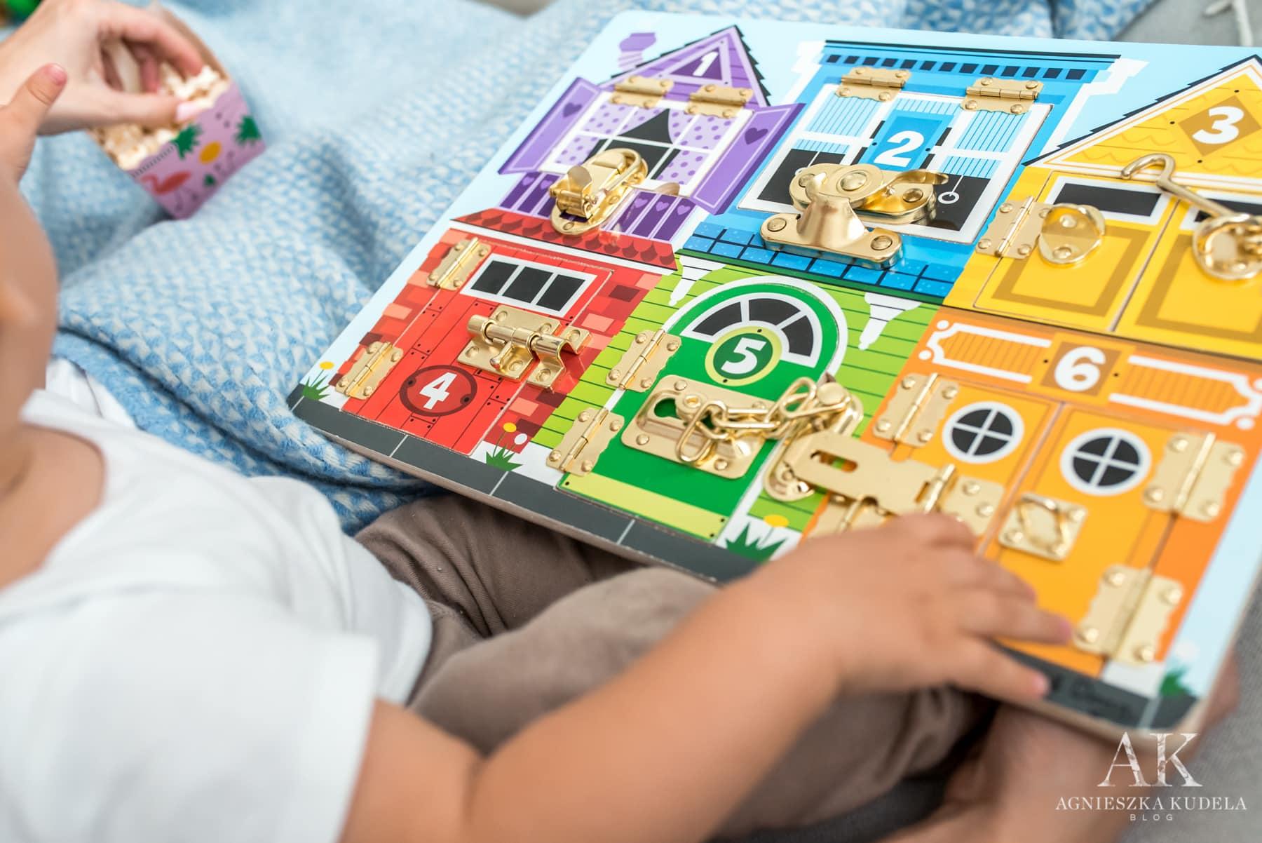 zabawki sensoryczne tablica z zamkami
