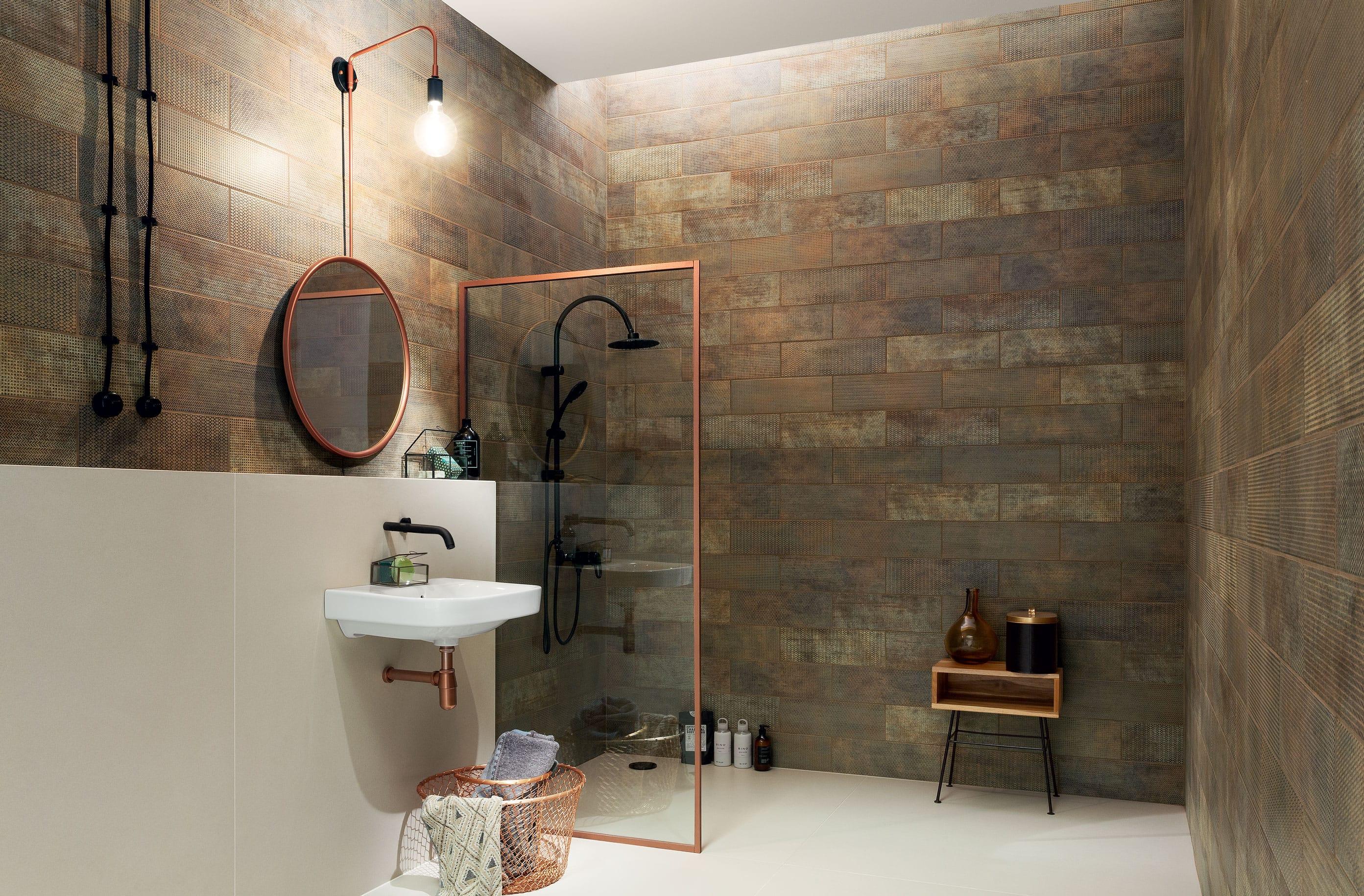 łazienka w stylu industrialnym miedziane dodatki